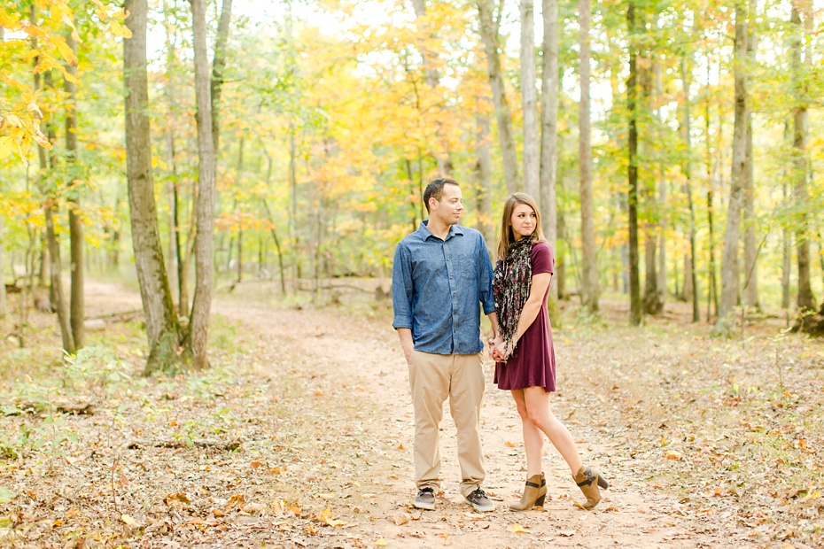 justin-heather-fall-engagment-session-at-red-rocks-wilderness-overlook-park-in-leesburg-virginia_0003